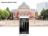 Findhinweis: Am Rande des Achtecks gibt es Licht. > Abspielen über Handy-Lautsprecher. Bei starkem Verkehr auch über Kopfhörer. GPS 53.555668, 9.980212